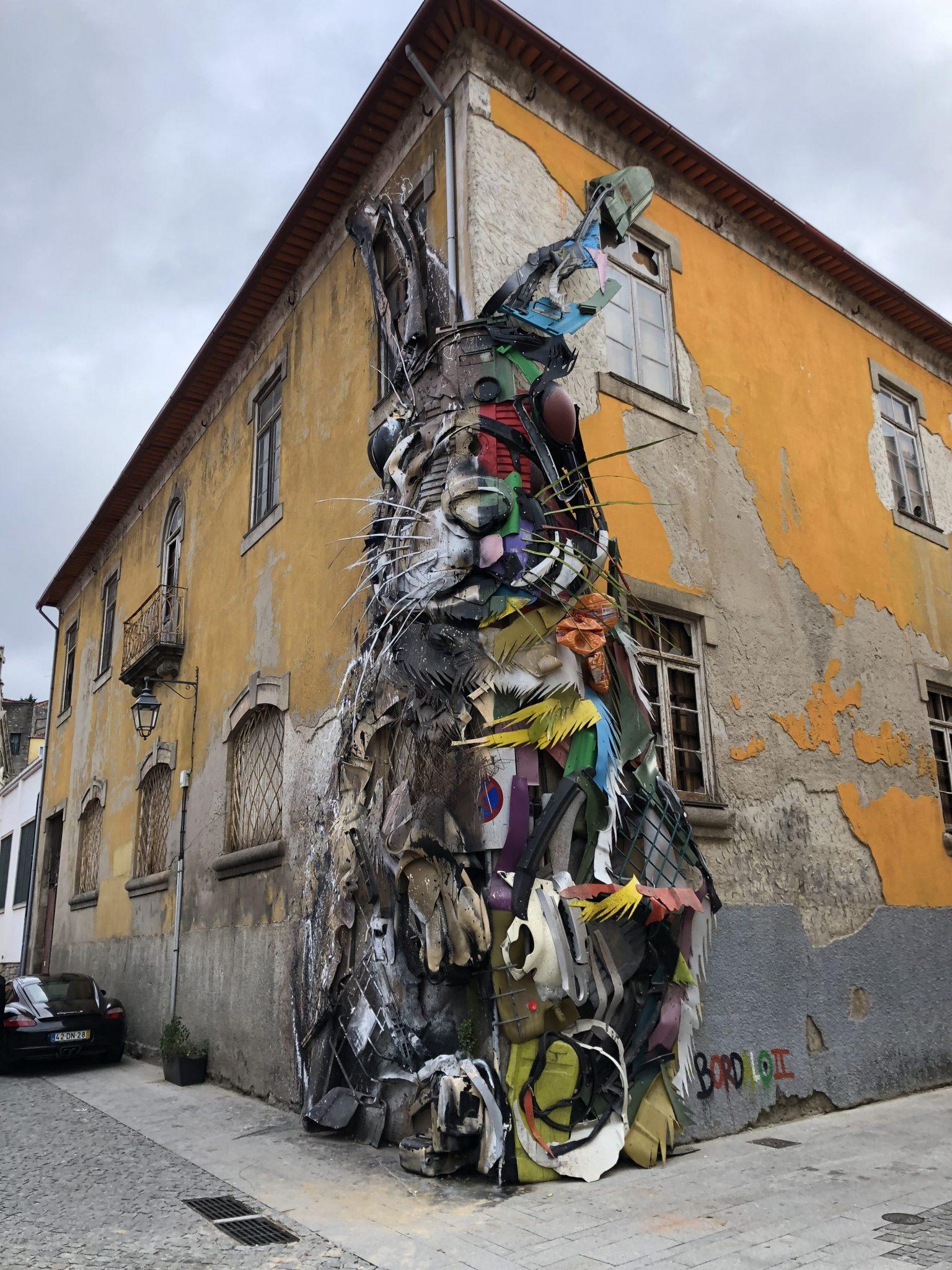 Dieses Werk stammt nicht von Chris Landrock, macht aber auch auf die Plastikmüllverschmutzung aufmerksam. Porto, Portugal (c) DM