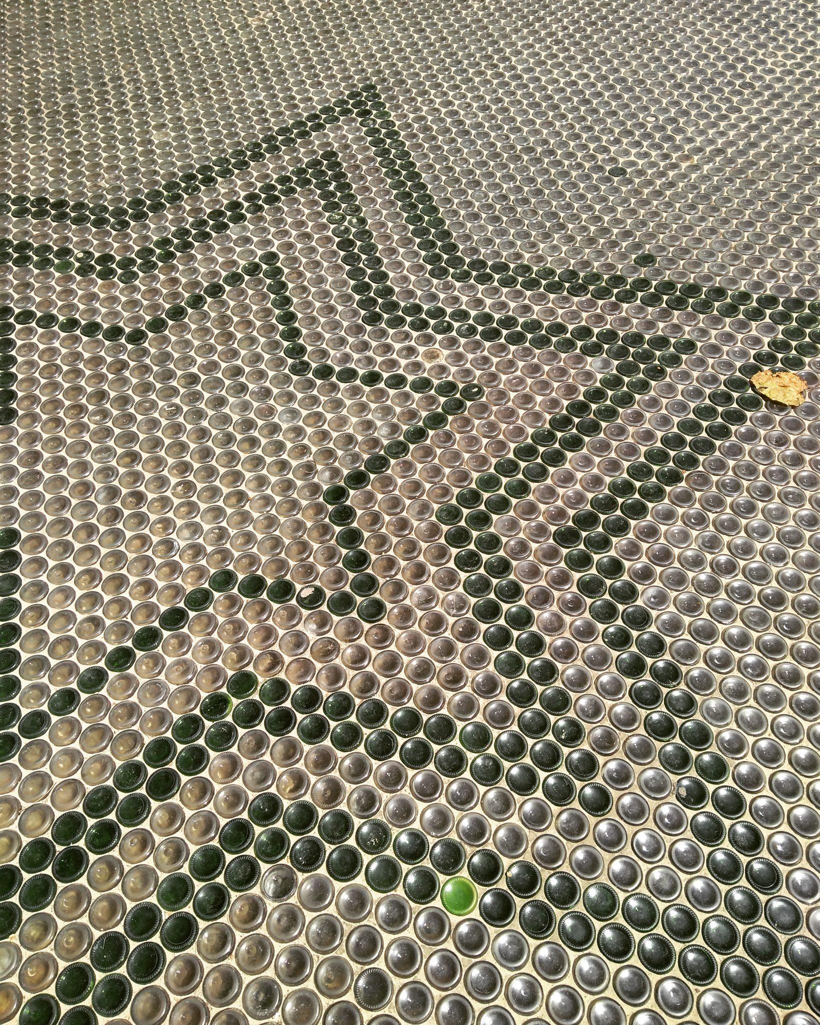 Unzählige Glasflaschen wurden für dieses Kunstprojekt gesammelt und ein Fußboden kreiert. Zwischen den Flaschen ist normaler Sand. Spotted in Fortaleza
